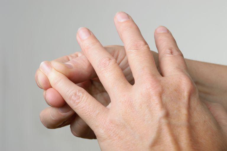 手のツボを押すイメージ
